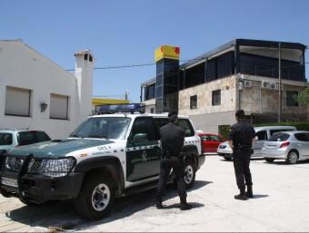 Agents de la Guàrdia Civil desplegats dimarts davant la seu principal de Petromiralles, a Sant Maria de Miralles ACN