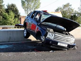El vehicle que es va accidentar tot sol a la carretera de Roses a Vila-sacra. ACN