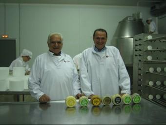 El fundador de Betara, Ramon Berengueras, i el seu fill Ramon, actual director general, amb alguns formatges.  A.A