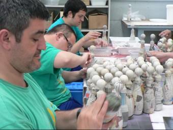 Tres treballadors de l'IMSD, en ple procés de fabricació de les