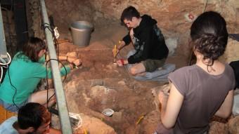 Joves en les excavacions que es feien aquest estiu a les coves. JOAN SABATER