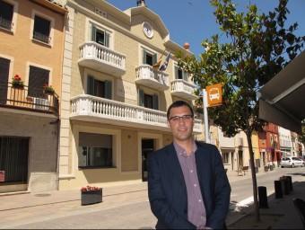 L'alcalde de Sarrià de Ter, Roger Torrent, davant l'ajuntament JORDI NADAL