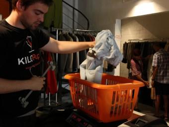 El pesatge de les peces de roba determina el preu final que els compradors acaben abonant a la botiga ACN