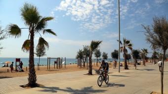 El passeig marítim de Badalona permet fer una llarga passejada arran de mar. Q.P
