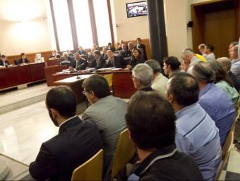 Els vint acusats , entre ells sis excaps de la Polícia espanyola, ahir en l'inici del judici a l'Audiència de Barcelona ALBERT SALAMÉ