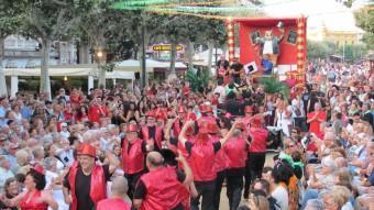 Cercavila de colles de Carnaval pel passeig de Sant Feliu de Guíxols, durant la festa major DANI VILÀ