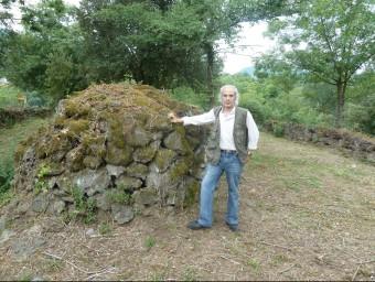 Oliveras amb unes restes que formen part de l'estructura defensiva del poblat. J.C