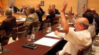 Diputats del PSC i ERC , votant abstenció en el darrer ple TÀNIA TAPIA / ACN