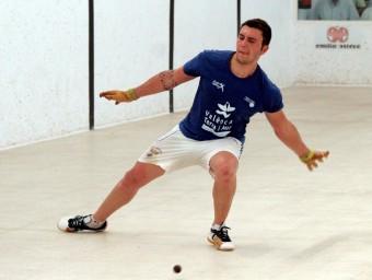 Sanchis juga una pilota arran de terra d'una recent partida. FREDIESPORT
