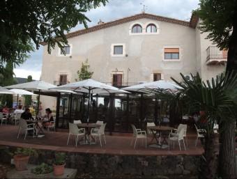 Una imatge de l'exterior del restaurant Can Joan d'Adri, a Canet d'Adri, un dels nou que formen part del col·lectiu de la Cuina de les Carboneres. JOAN SABATER