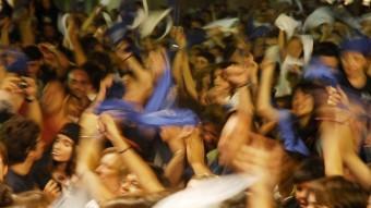 Mocadors blancs i blaus són un dels indicatius de la colla a què es pertany a la festa.Al final, s'intercanvien TONI TORRILLAS