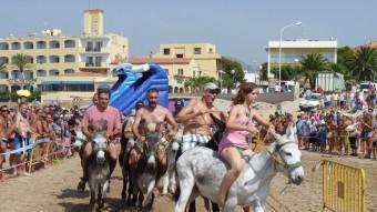 Cursa de rucs a la platja durant les festes de Sant Roc a L'Hospitalet de l'Infant EL PUNT AVUI