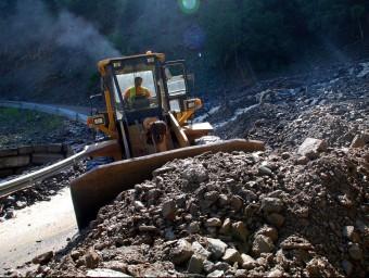 Una màquina treballant per retirar l'esllavissada a una carretera de Port-Ainé. ACN