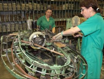 Dues treballadores de la fàbrica de Castañer de Banyoles, dimecres passat mentre feien soles.  JOAN SABATER