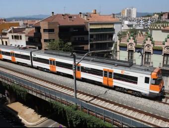 Un tren regional , que ara fa en part la funció de rodalies, al seu pas per Girona LL. SERRAT