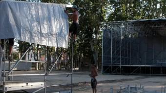 Una imatge d'ahir de l'escenari i la taula de so que s'estan instal·lant al Camp de Mart de la Devesa de Girona per al concert de demà JOAN SABATER