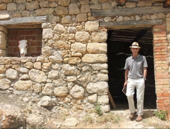 Pep Coll al corral de la masia de la família assassinada D. MARÍN