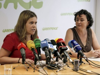La responsable de costes de Greenpeace, Pilar Marcos (e) i María José Caballero, responsable de campanyes, durant la presentació de l'informe aquest dijous a Madrid EFE
