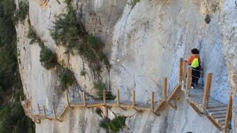 Uns excursionistes en una de les passarel·les de fusta del recorregut. D. MARÍN