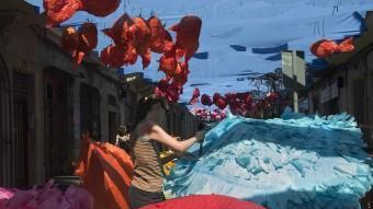 Una veïna del carrer Verdi treballant ahir al matí en el guarnit, que enguany recrea un escenari marí JOSEP LOSADA