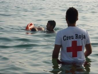 Simulacre de salvament d'un ofegat a la platja Gran per part de socorristes de Creu Roja de Palamós ÒSCAR PINILLA