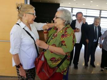 Teresa Gimpera i Colita, grans amigues d'Oriol Maspons, se saluden a la sortida del funeral QUIM PUIG