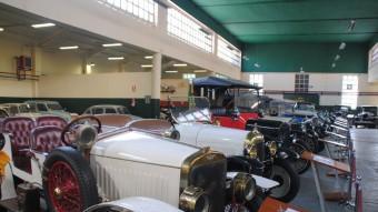 El Museu Roda Roda reuneix desenes de vehicles històrics en un antic taller. J.TORT