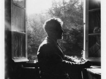 El metge i polític Laureà Dalmau, a la seva habitació de dispesa a les Illes, cap a 1942 FAMÍLIA DALMAU