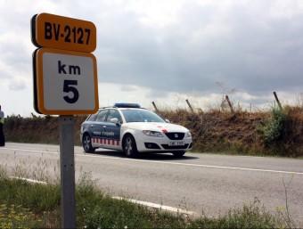 Un cotxe dels Mossos, aquest divendres al punt on ha tingut lloc l'accident mortal ACN