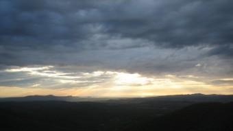 La vista del castell de Montgrí i les Medes, des del Balcó de les Bruixes, de bon matí J.F