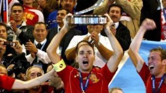 Javi Rodríguez alça el trofeu de campions d'Europa. EFE