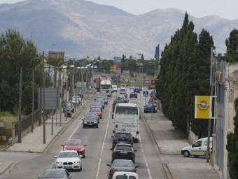 La carretera C-260, cap a Roses, a l'altura de Vilatenim, amb cues. LLUÍS SERRAT