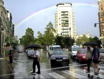Arc de Sant Martí en una zona de València en la vesprada d'ahir. J. CUÉLLAR
