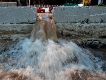 La pluja inunda parcialment la vila de Dénia. JUAN CARLOS CÁRDENAS - EFE