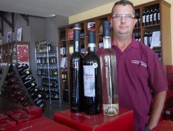 Guillem Peralba, amb alguns dels vins del celler, en primer terme, el Gerisena Selecció.  URE COMAS