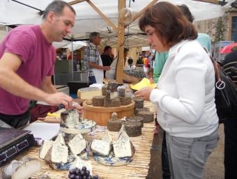 Les parades de formatges en una edició anterior de la fira de Lladó. EL PUNT AVUI