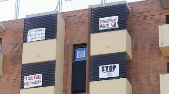 Els bloc de pisos ocupat de Salt que el jutge ha ordenat desocupar M.LLADÓ