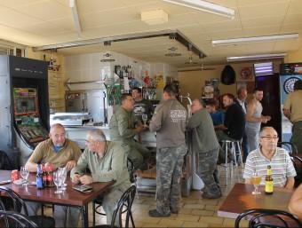 Interior del bar de Cal Forner de Rellinars, ple de caçadors ahir al migdia mentre el 23% de la població es dirigia a la Via Catalana J.A