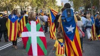 Alguns participants a la Via Catalana van lluir l a inkurriña JOSEP LOSADA