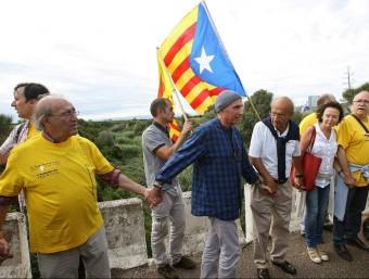 Lluís Llach i Carles Santos a la Via Catalana que unia el País Valencià. JAUME SELLART - EFE