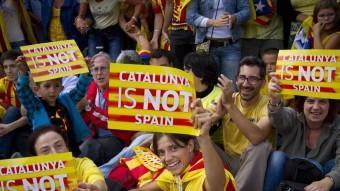 Participants en la Via Catalana, al seu pas per Barcelona ALBERT SALAMÉ
