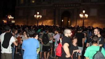 Assistents a la concentració en suport de la vaga de mestres a les Illes Balears, aquest dilluns a la plaça de Sant Jaume de Barcelona ACN