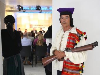 Un bandoler de la companyia d'en Serrallonga, custodiant l'entrada on es va fer la presentació, ahir a Girona. LLUÍS SERRAT