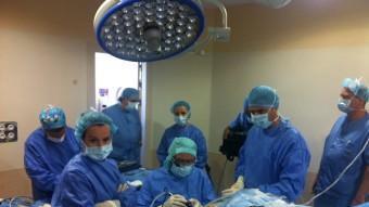 El doctor Pedro Guillén en un moment de la intervenció que va transmetre al món amb les ulleres de Google des de la clínica Cemtro de Madrid EPA
