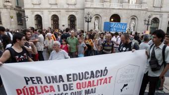 Manifestació de suport a la vaga dels mestres de les Illes Balears contra Bauzá, dilluns a la plaça de Sant Jaume, a Barcelona ORIOL DURAN