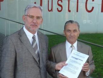 D'esquerra a dreta, el lletrat Joaquim Oliva i Josep Maria Amargant, el passat 18 de setembre, quan van entrar la petició de la cautelar JOAN TRILLAS