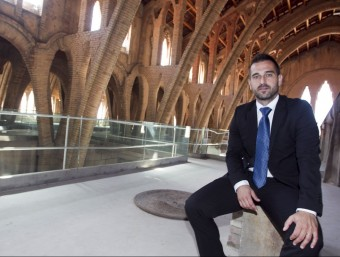 Joaquim López a l'interior del celler modernista de Pinell de Brai.  JOSÉ CARLOS LEÓN