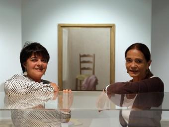 Giovanna i Luisa, la filla i la dona de Xavier Valls, amb 'La cadira' (1972) al fons, una obra que evoca el seu buit QUIM PUIG
