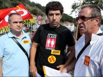 Yasser Saadoune -al centre de la imatge- envoltat dels representants dels sindicats CCOO i CG66 MARINA LÓPEZ / ACN