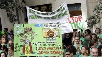 Manifestants, ahir, davant la seu del Parlament de les Illes en protesta pel decret de llengües de Bauzà M. DIEZ /EFE